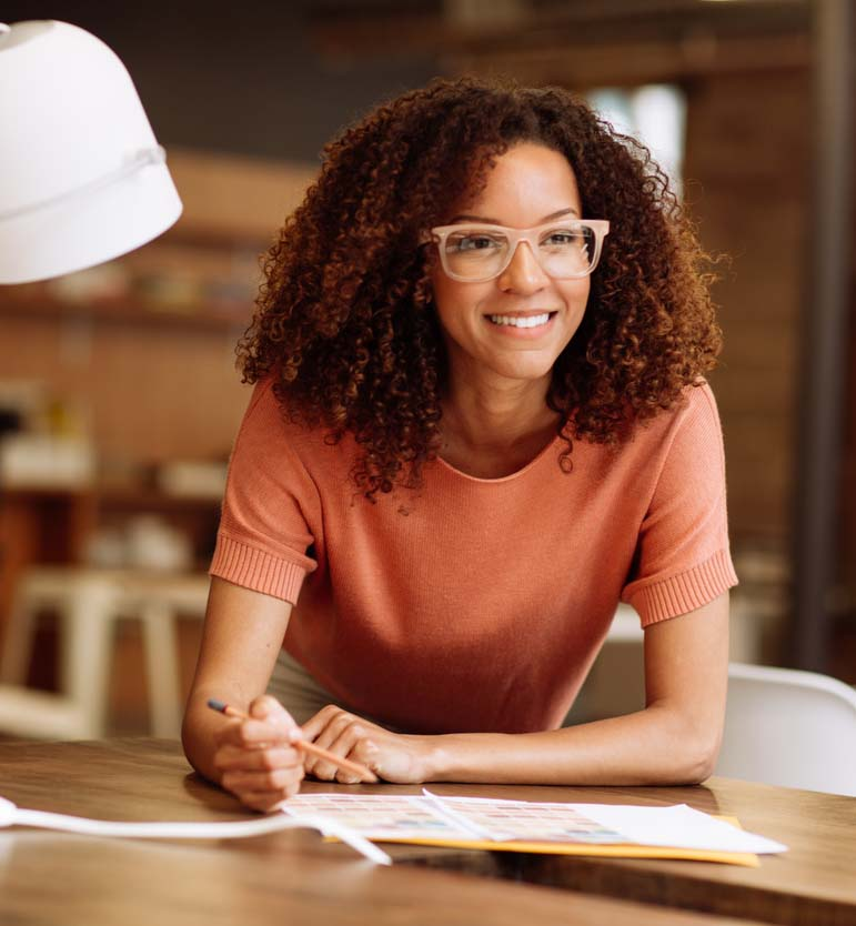 Dame som får skriveundervisning